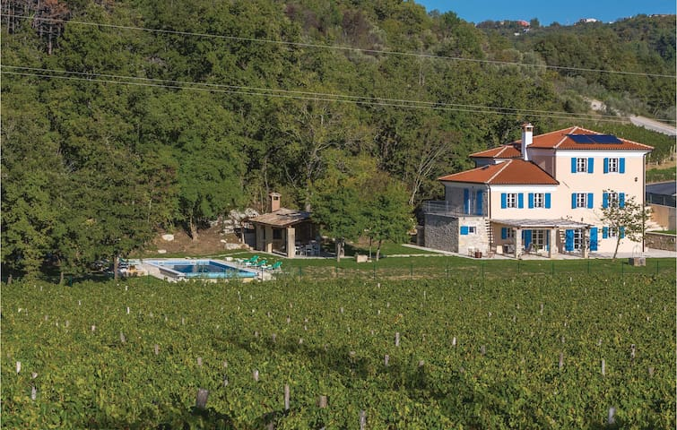 Holiday cottage with 4 bedrooms on 191 m² in Momjan