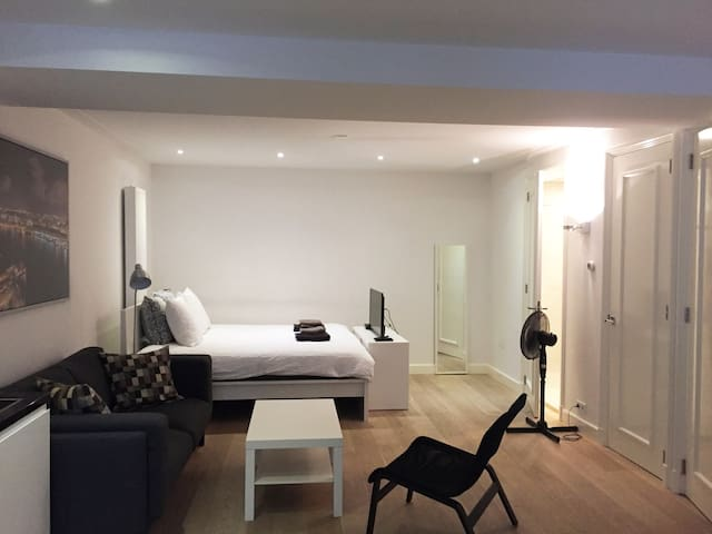 Modern & Clean APT w WiFi @ AMS City Center!