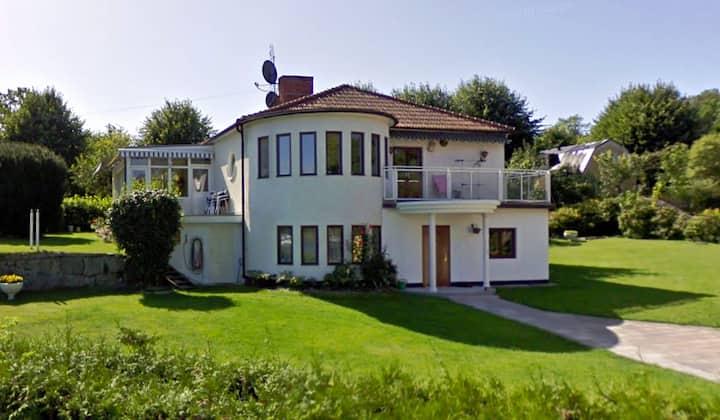 Villa med sjöutsikt och nära till City och naturen