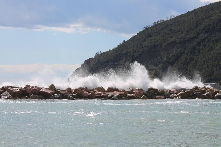 il mare sugli scogli a moneglia