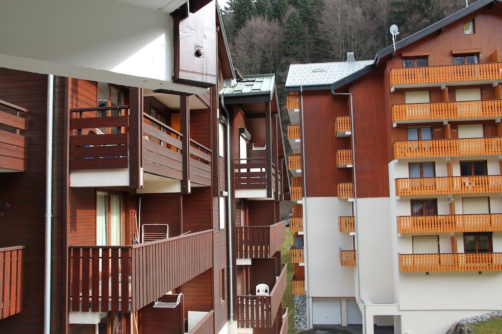 La vue du balcon donne sur la piste qui redescend et sur les télécabines.