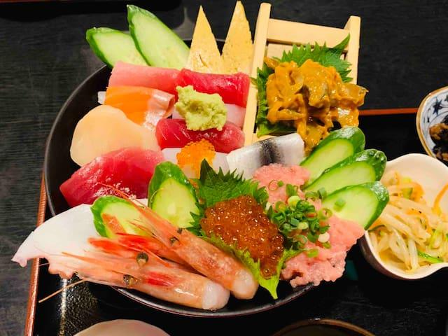富岡市の大塚水産が経営している食事処【蔵】では 新鮮な海鮮料理がとてもリーズナブルに味わえます。ランチがお得です。写真の海鮮丼が¥2000以下です。