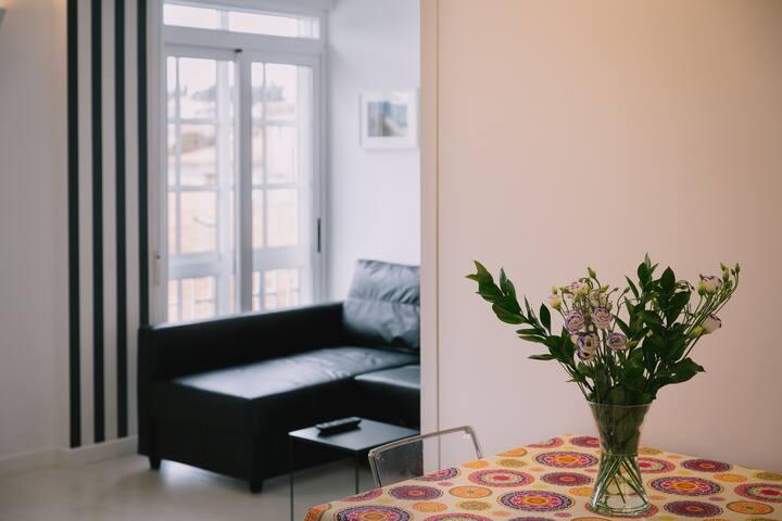 Mesa y sofá