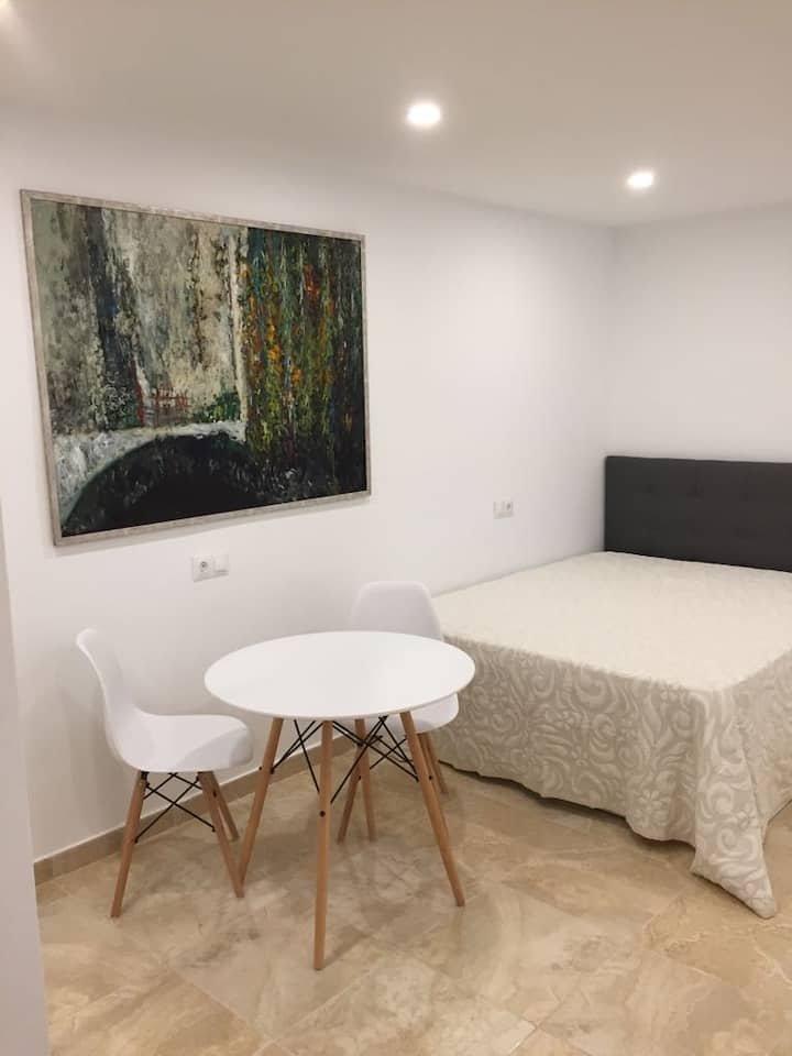 Large modern studio, quiet and close to everything
