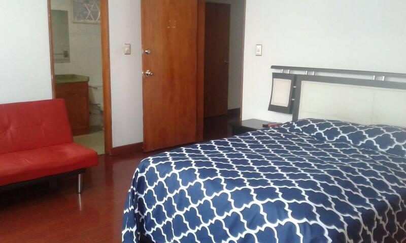 Comoda habitacion, excelente ubicacion. St Paula - Bogotá - House