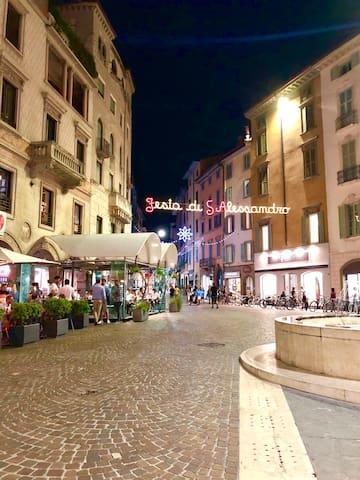 Vista nel cuore della città -  Piazza Pontida