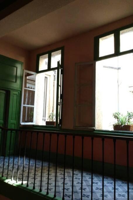 Le palier du premier étage et la porte de l'appartement