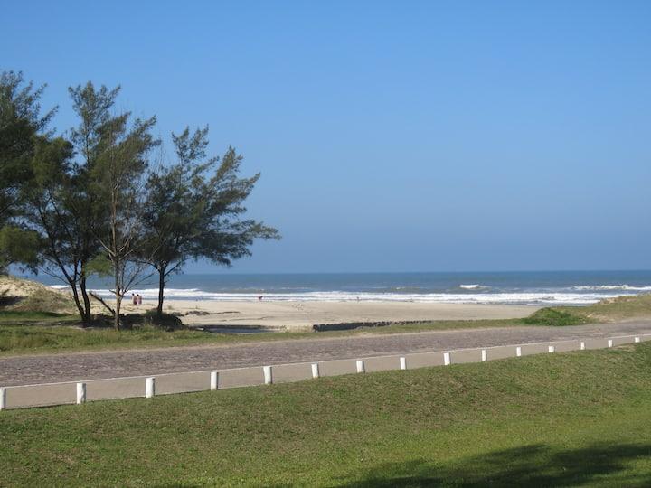 Apto a beira mar com vista para o mar.