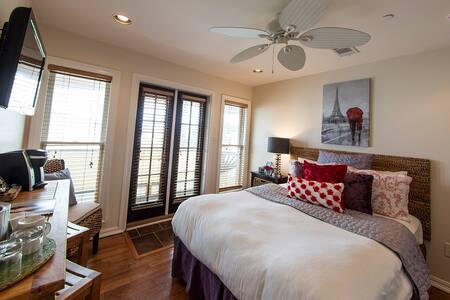 Melinda in Almanett Hotel & Bistro - Gulfport - Bed & Breakfast