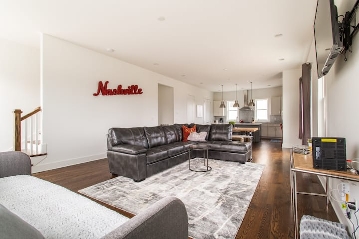 Spacious 20 bed Duplex W/Rooftops Mins To Broadway