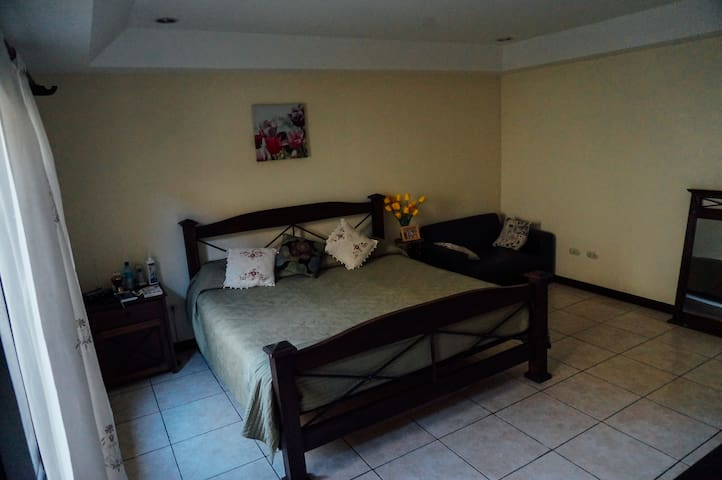 Huge Room in Family House - San Antonio de Belén - Bed & Breakfast
