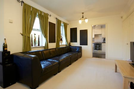 North Leeds city, Adel, double bed. - Apartament