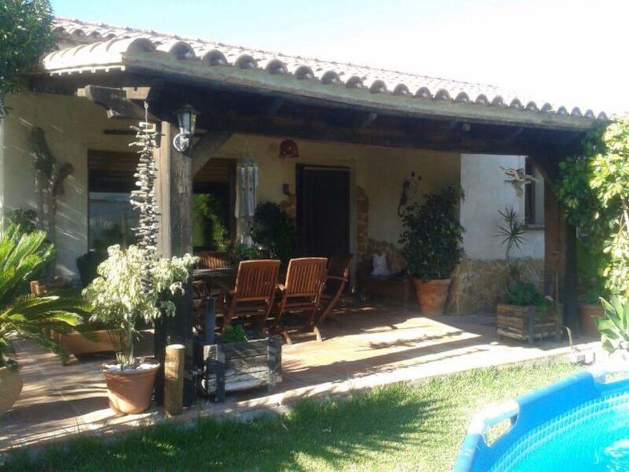Chalet con terraza piscina bolonia chalets en alquiler for El jardin prohibido restaurante