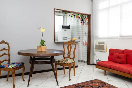 In the heart of Ipanema, near Praça General Osório, close to the subway, a block from Ipanema beach and very close to Arpoador beach and Farme de Amoedo. Beautiful and comfortable apartment of 50m².