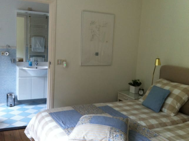 Slaapkamer met aansluitende badkamer...