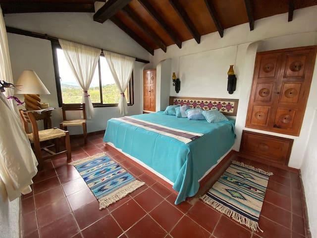 Recamara segundo piso, cuenta con una cama king size y una terraza con vista al lago