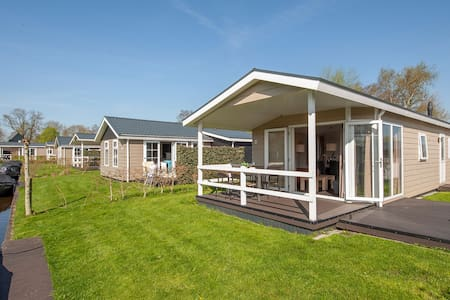 Lodge moderne avec barque électrique à 2,5 km de Giethoorn