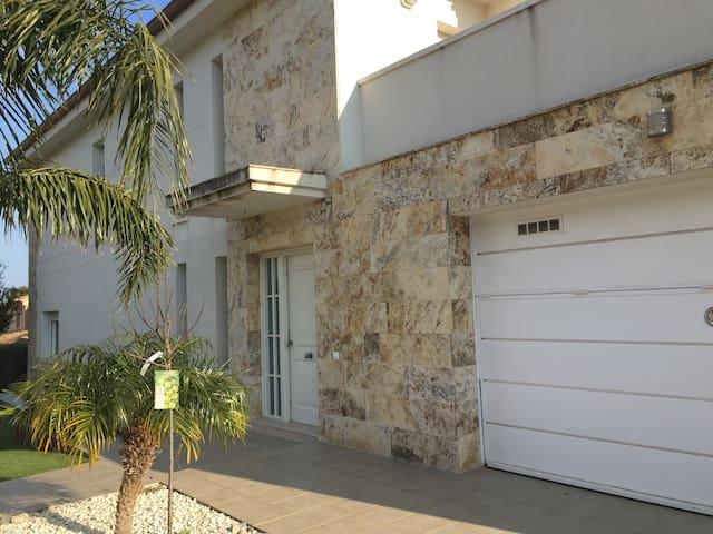 Casa moderna con jardin y piscina