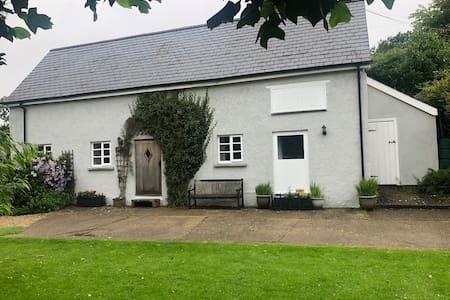 The Byre -Idyllic cottage with farm animals