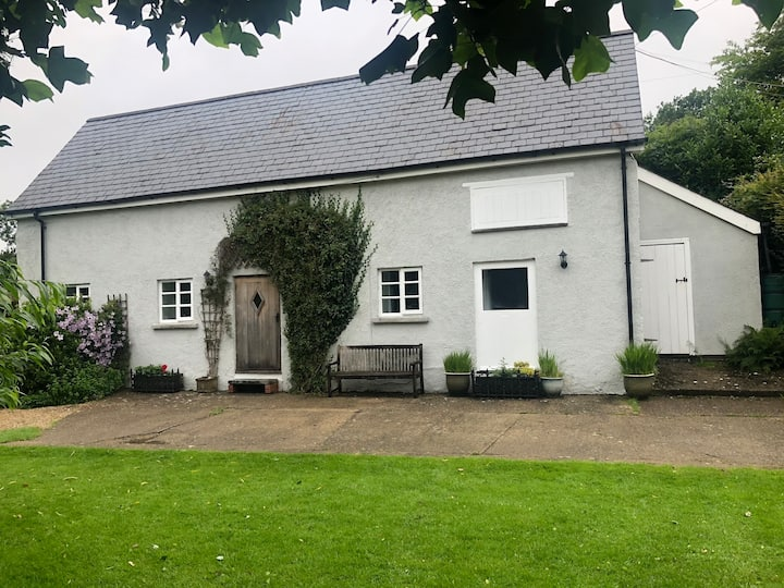 The Byre -Idyllic cottage with farm animals