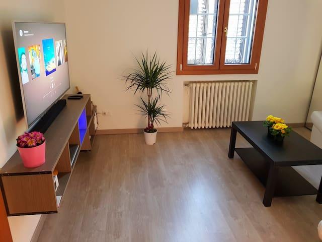 """Living room con smart-tv 50"""" 4K incluso di Netflix e Spotify"""