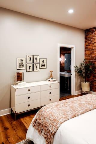 Bedroom 236 with ensuite Bath View2 / Queen Bed