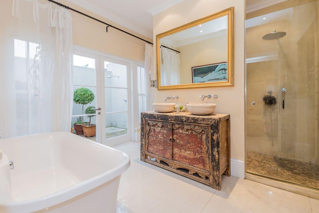 Main En-Suite Bathroom