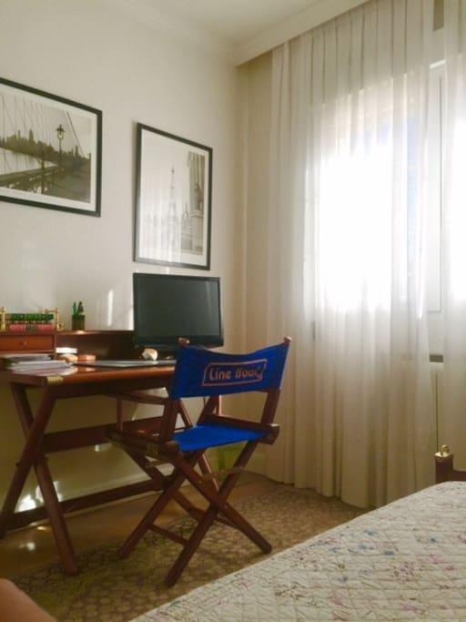 escritorio y tv de la TV