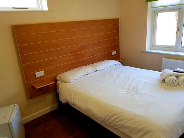 Jaylets Budget Double Bedroom with En-Suite, Shared Kitchen & Parking
