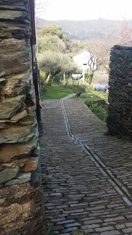 ruelle en pierre devant la maison