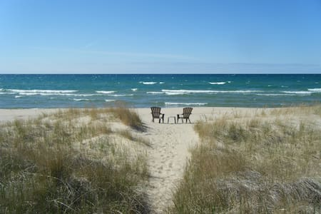 2BR COTTAGE LAKE MI PRIVATE BEACH - Manistee - Mökki