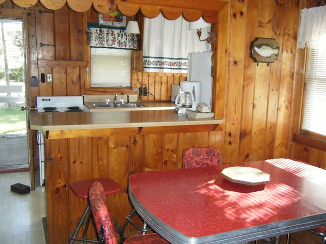 2BR COTTAGE LAKE MI PRIVATE BEACH - Manistee - Cabaña