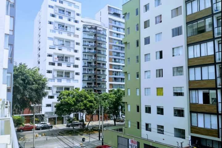 Habitación con baño propio frontera con Miraflores