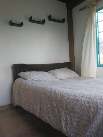 Alcoba con cama doble. Primer piso.