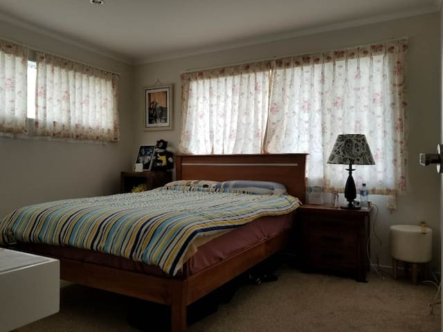 SUPERIOR LOCATION QUEEN ROOM WITH QUEEN BED