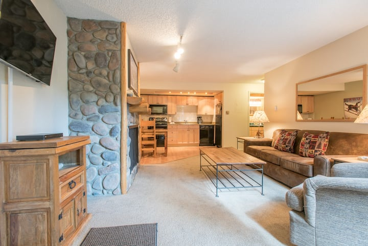 Cozy Ski-in/Walk-out condo, free wifi, parking, great value!