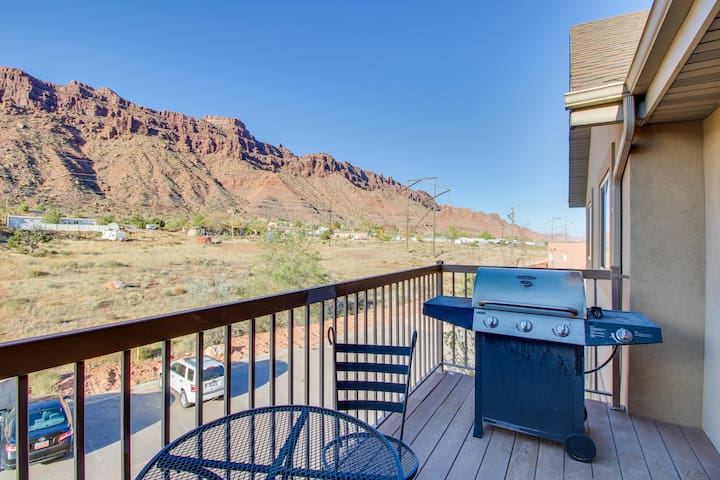 Enjoy views & central location in this wonderful condo w/ shared pool & hot tub