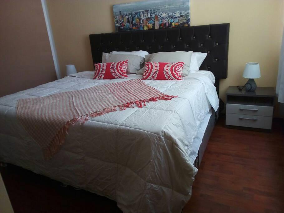 Habitación cama matrimonial (Tamaño king).