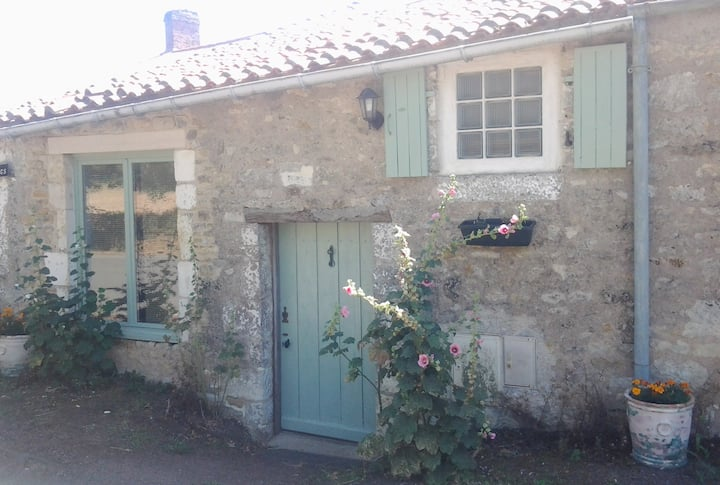 Rural cottage with heated swimming pool & gardens