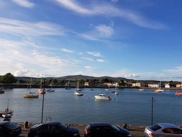 Stunning  harbour view 2 bed apartment w/balcony!!