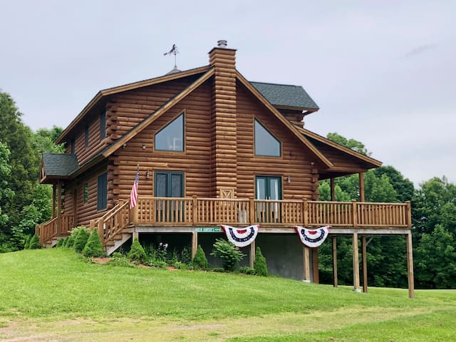 Traditional 3-br Log Cabin in Norwich, NY