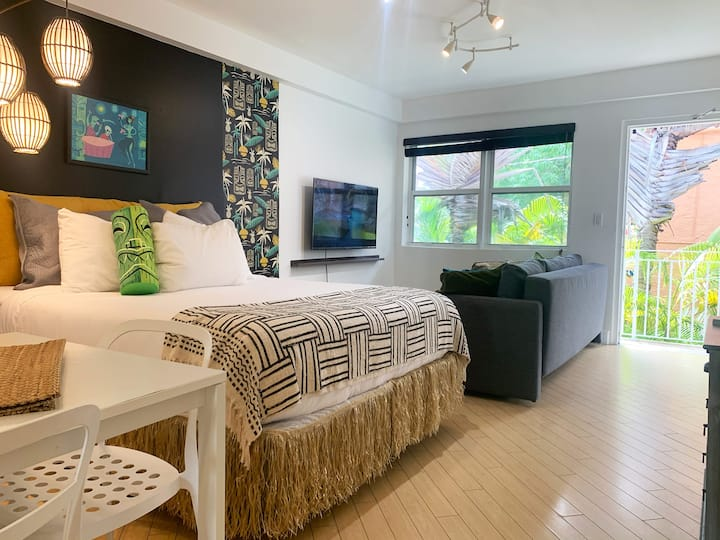 Beachy Tiki SoBe Studio w/Free Parking on Premises | Studio Apartment