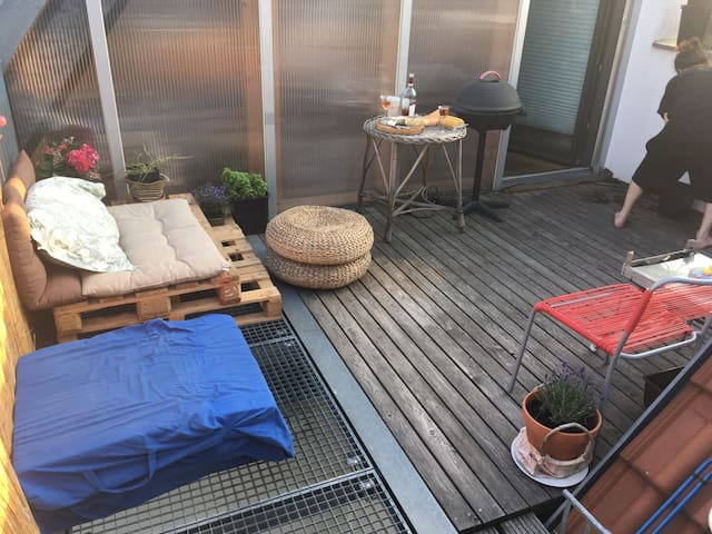 Sunny, roof terrace, private bathroom & entrance.