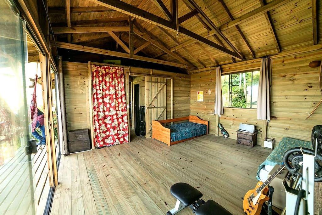 amplo quarto com 1 bicama mais 1 cama de solteiro