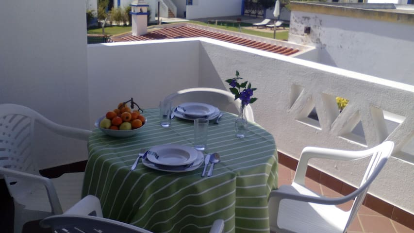 Holiday apartment with 2 terraces near the beach