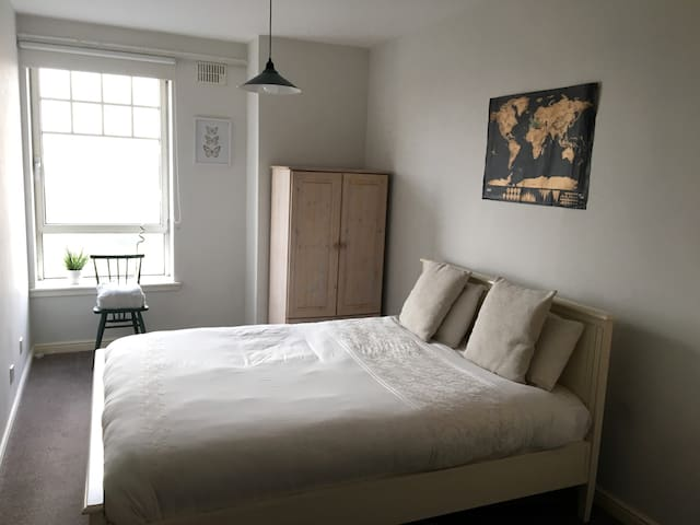 Bright and Cosy Room Ideal for Exploring Glasgow