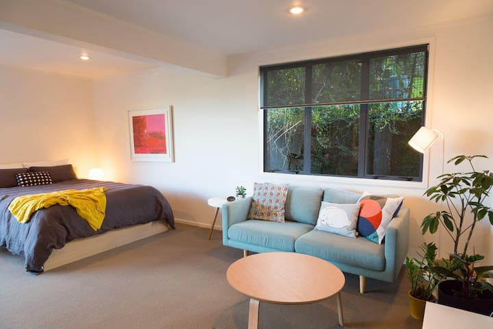 Stylish & airy Oneroa studio - walk everywhere! - Auckland - Hus