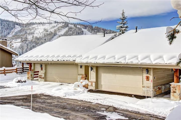 Twin Pines 3: Amazing views from this updated and cozy condo! Walk to lifts in 5 minutes!
