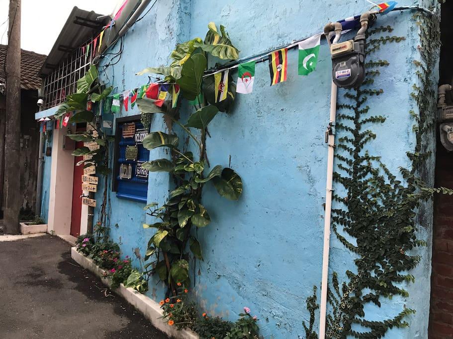 藍色牆面與眷村文化的紅色大門