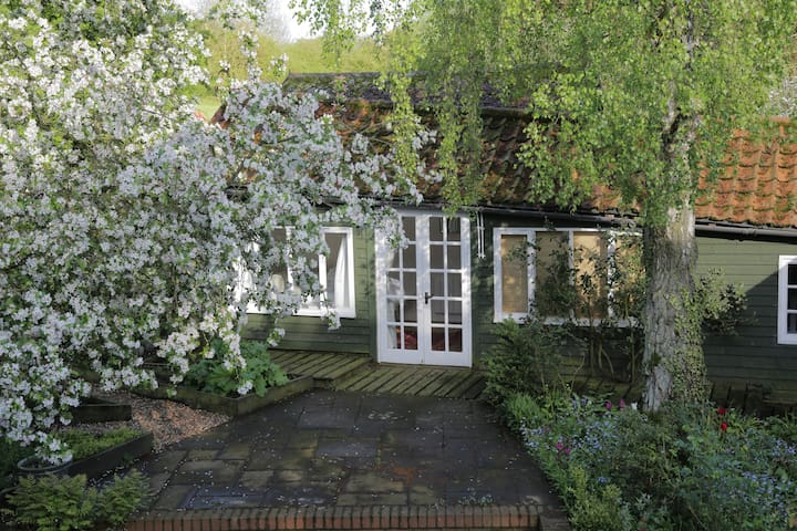 Cosy, self-contained country cottage Garden Room